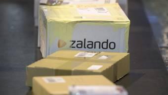 Das Geschäft von Zalando boomt - der Online-Modehändler rechnet deshalb neu mit einem deutlich höheren Jahresumsatz (Archiv).