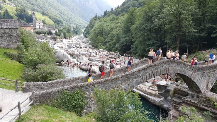Lavertezzo mit seiner berühmten Bogenbrücke wird bei schönem Wetter von Touristen überlaufen. Gerhard Lob
