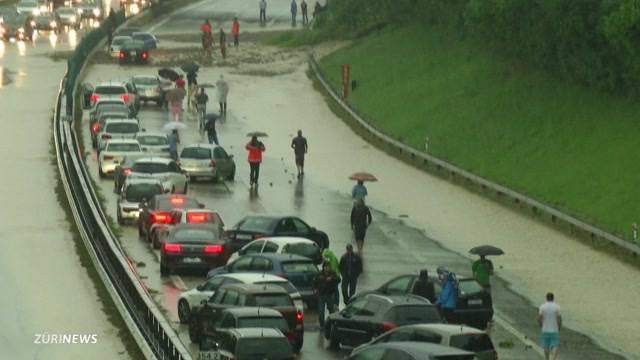 Regen flutet Autobahnstrecke der A1