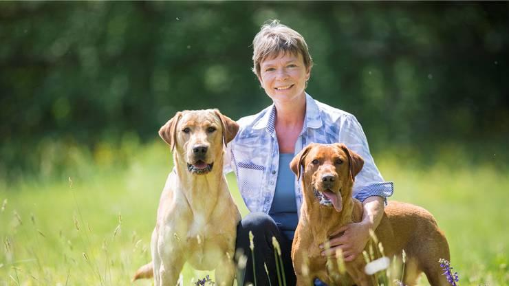 Marlene Zähner mit den Labradorhunden Kelo und Karetta.