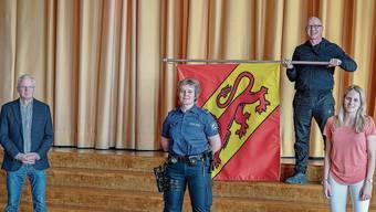 Mit Uitiker Flagge präsentiert sich Georgia Rümbeli (Mitte), die neue Dienstchefin der Gemeindepolizei.