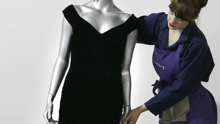 """Die verstorbene britische Prinzessin Diana hatte das Kleid 1985 bei einem Besuch im Weissen Haus getragen. Die Fotos ihres Tanzes mit dem Schauspieler John Travolta zu dem Lied """"You Should be Dancing"""" aus dem Film """"Saturday Night Fever"""" machten das nachtblaue Kleid berühmt. (Archivbild)"""