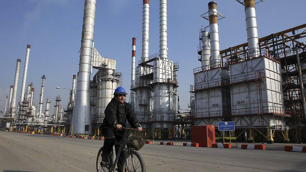 Ölraffinerie südlich von Teheran: Nach der Aufhebung des Embargos will der Iran seine Ölförderung schrittweise um rund 500'000 Barrel pro Tag hochfahren (Archiv).