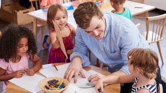 Ein seltener Anblick: Männer, die Mädchen und  Buben im Kindergarten betreuen. Künftig sollen es mehr sein.