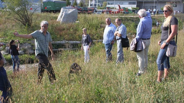 Der Biologe Felix Leiser faszinierte an der Begehung mit seinen Erläuterungen zum Projekt. In der Mitte Gemeindepräsidentin Sandra Huber.