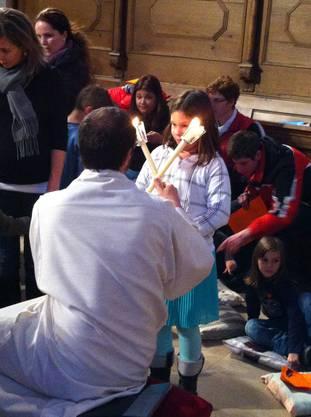 Kinder empfangen Blasiussegen