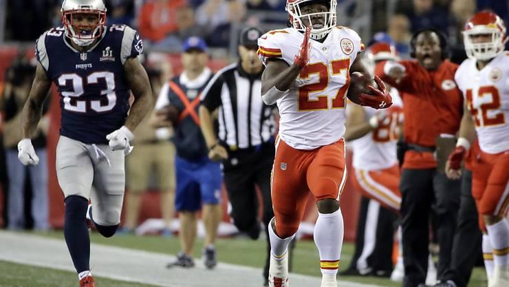 NFL-Debütant Kareem Hunt von den Kansas City Chiefs entwischt der Defense der New England Patriots