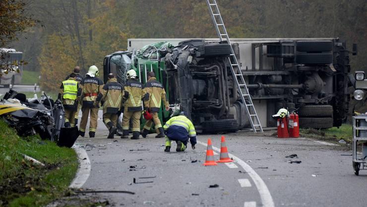 Ein Grossaufgebot von Feuerwehr, Polizei, Ambulanzen und Helikopter ist an der Unfallstelle zwischen Endingen und Lengnau im Surbtal. Der umgekippte LKW ist Ursprung des Unfalls.