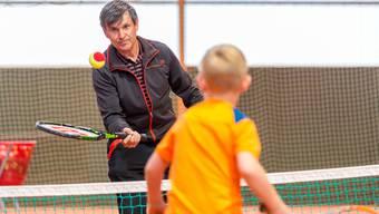 Freddy Siegenthaler, Mitbegründer der Kids Tennis High School, demonstriert die Umsetzung der Übungen.
