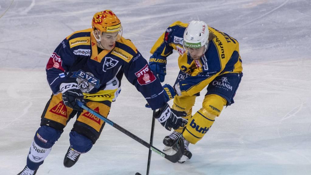 Mattias Tedenby vom EV Zug (rechts) im Duell mit dem Davoser Topskorer Gregory Hofmann