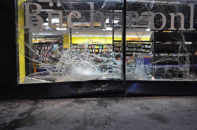 Das kaputte Schaufenster des Buchladens