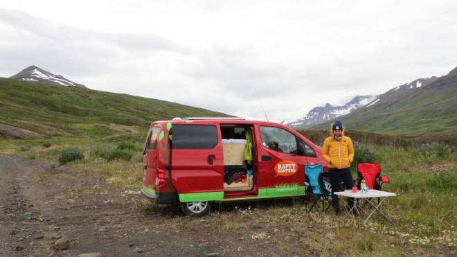 Simples Zuhause auf Rädern: Die abenteuerlustige Autorin vor ihrem isländischen Camper. Foto: Alexandra Fitz
