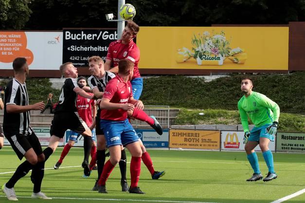 In der Vorrunde noch mit viel Körpereinsatz. Der FC Laufen gegen den FC Reinach 2. Liga.