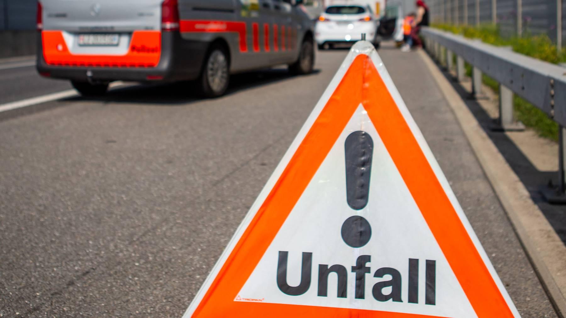 Die Zahl der schweren Unfälle auf Schweizer Strassen hat im ersten Halbjahr 2021 abgenommen. (Symbolbild)