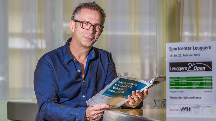 15 von insgesamt 20 Mal hat Michael Back die Leuggern Open organisiert. Nun studiert er die letzte Ausgabe des Turniermagazins.