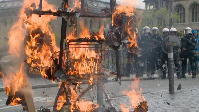 1. Mai in Zürich: Farbbeutel, Sprayereien und ein Einkaufswagen in Flammen