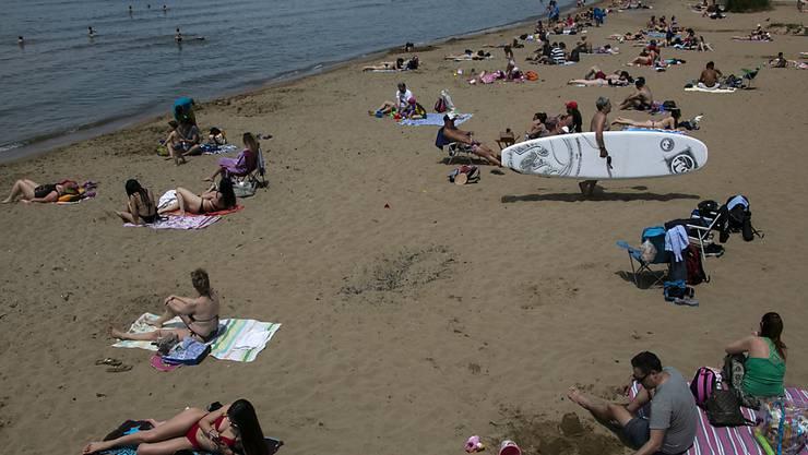 Griechenland will Regeln für Tourismus: Einheimische am Strand der Athener Vorstadt Kavouri am Sonntag nach Lockerung der Corona-Regeln.