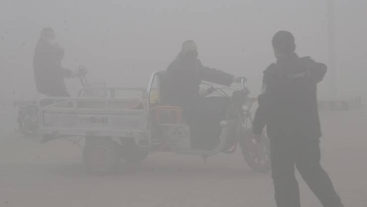 In der chinesischen Stadt Handan (Provinz Hebei) ist wegen des Smogs kaum etwas zu sehen.