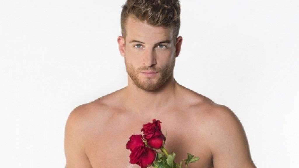 Bachelor Janosch Nietlispach verteilt seine Rosen mit Bedacht. (Pressebild 3+)