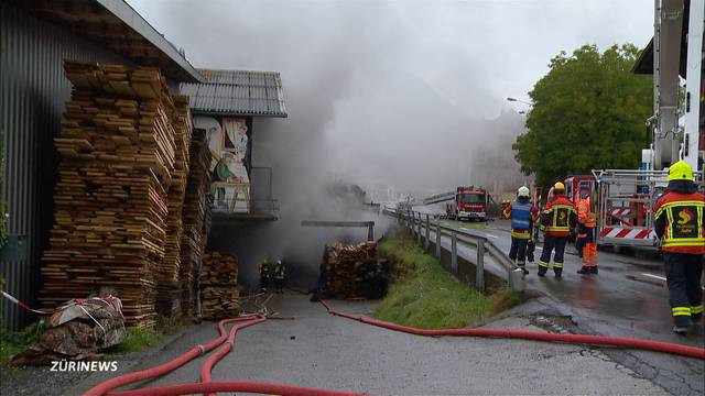 Grossbrand in Sattel hält Feuerwehr auf Trab