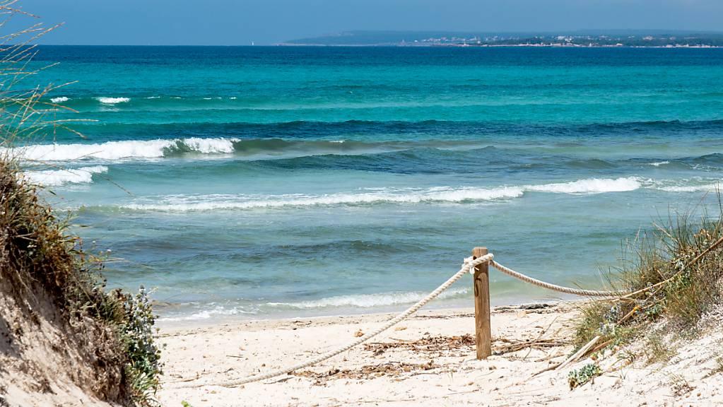 Viele Menschen sehnen sich nach Strand und Meer im Sommer.