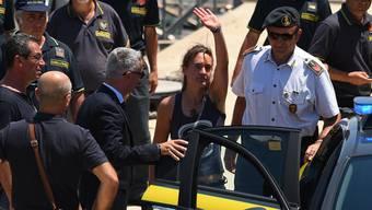 Die «Sea Watch 3»-Kapitänin Carola Rackete wird im Hafen von Porto Empedocle auf Sizilien von einem Polizeiboot in ein Auto überführt.
