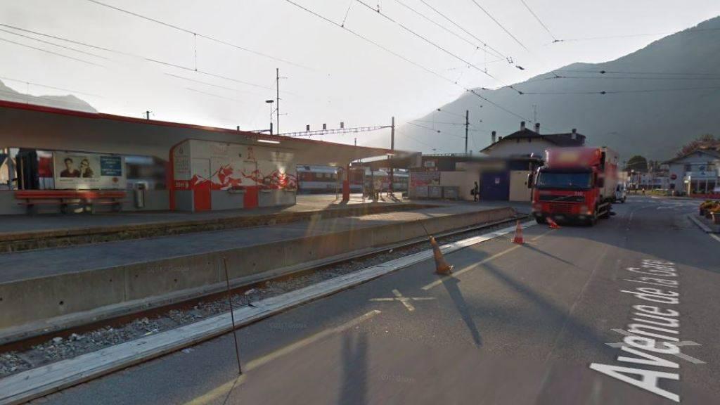 Der 24-Jährige stieg am Bahnhof Martigny auf ein Wagendach. Dann knallte und blitzte es. Der Mann schwebt in Lebensgefahr.