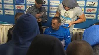 Fans zwangen Petev bei einerKonferenz sein Levski-Hemd auszuziehen