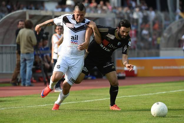 Wohlens Rexhep Thaqi, rechts, kämpft um den Ball mit Luganos Leonardo Melazzi.