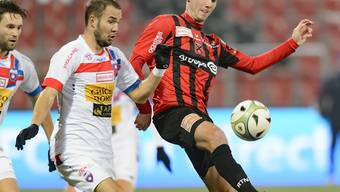 Xamax-Mittelfeldspieler Thibaut de Coulon (rechts) wird von Chiassos Steve Rouiller bedrängt