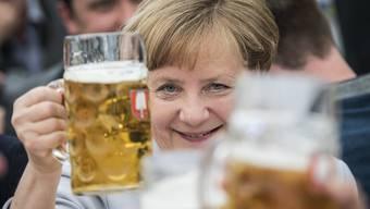 Ein Prosit: Angela Merkel stösst auf eine florierende deutsche Wirtschaft an.