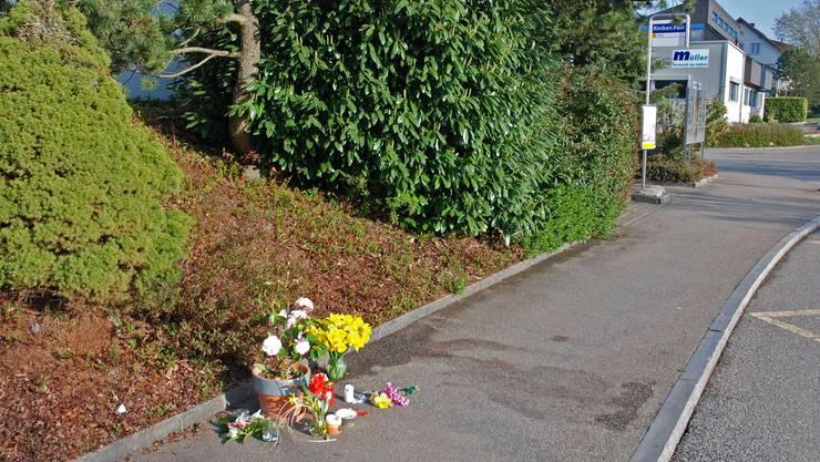 Mit Kerzen und Blumen bezeugt die Bevölkerung in Riniken grosse Anteilnahme.