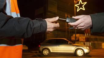 Der Autoschlüssel wird dem Nez Rouge-Fahrer übergeben.