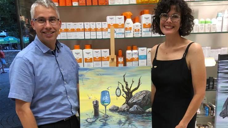 Start der Aktion «Kunstfenster» mit Drogist Markus Arnold und Künstlerin Debora Rickli. (Bild: zvg)
