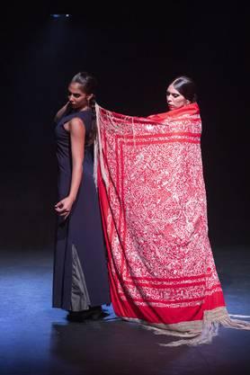 Auf kleinstem Raum zeigen die Tänzerinnen und Tänzer von Flamencos en route einmal mehr ihr hohes Niveau in Technik und Ausdruckskraft und ihre besondere Hingabe an ihre Kunst.