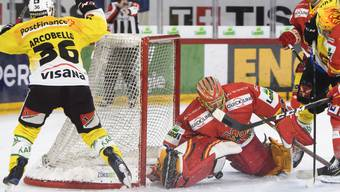 Berns Mark Arcobello (links) bezwingt hier Biels Goalie Jonas Hiller zum 2:2 ̈