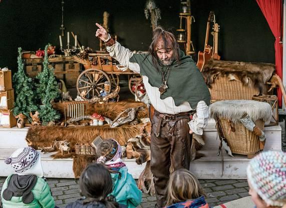 Gespannt lauschen die Kinder Geschichtenerzähler Märlin.