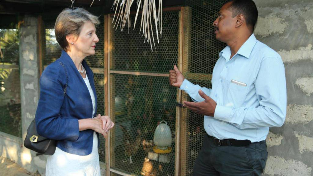 Bundesrätin Simonetta Sommaruga im Gespräch mit einem Rückkehrer in Sri Lanka, der von der individuellen Rückkehrhilfe des Bundes profitieren konnte. (Archivbild, 2016)