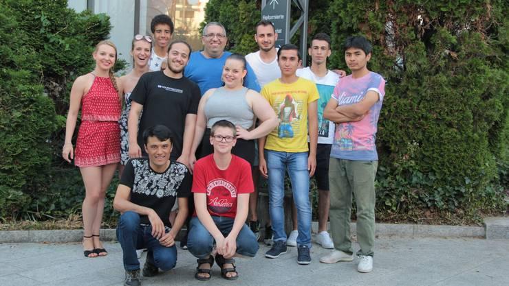 Matthias Arn zusammen mit den Mitgliedern des Churchplus-Teams und den Flüchtlingen aus Geroldswil