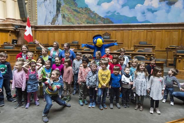 Die Kinder konnten sich mit der Schweizer Kultfigur fotografieren lassen.