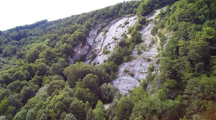 Die Kletterplatte ob Oberbuchsiten aus der Distanz.