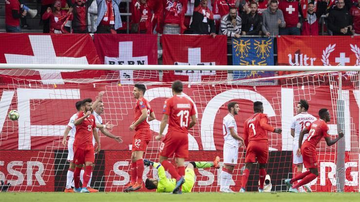Denis Zakaria (ganz rechts) erlöst die Schweiz in der 37. Minute mit dem Führungstreffer.