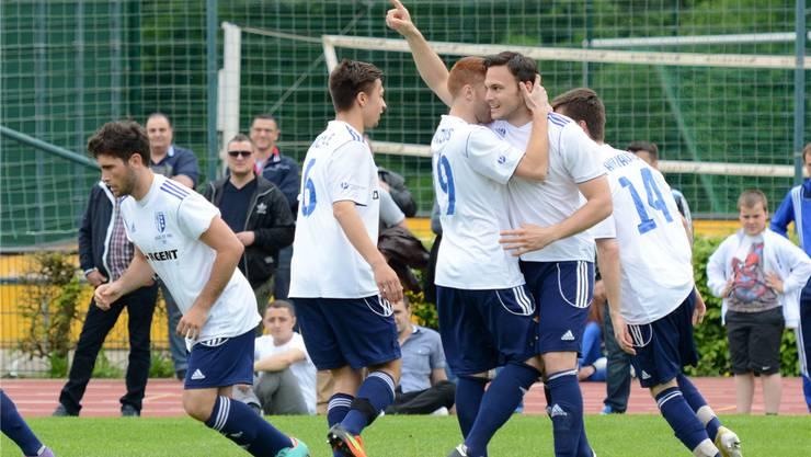 FC Reinach bejubelt den Treffer von Nicolas Maissen (gestreckter Arm) im Basler Cupfinal gegen Dardania.Zinke