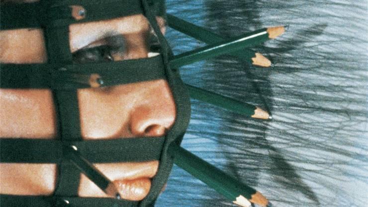 Zeichnen als körperlicher Akt: Die «Bleistiftmaske» von Rebecca Horn ist derzeit im Museum Tinguely zu sehen.