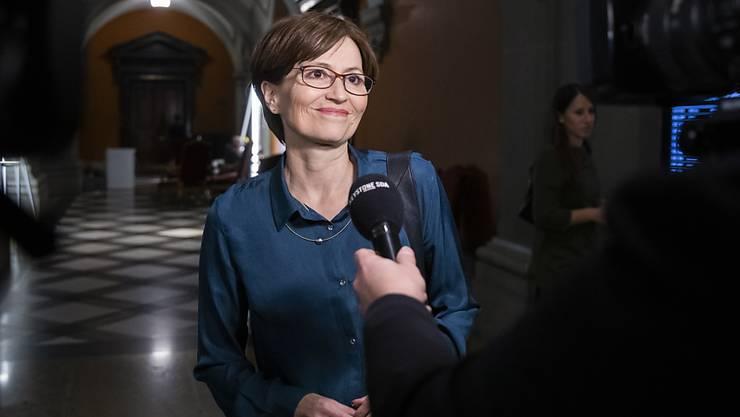 Regula Rytz, die Bundesratskandidatin der Grünen, auf dem Weg zum Hearing bei der GLP-Fraktion.