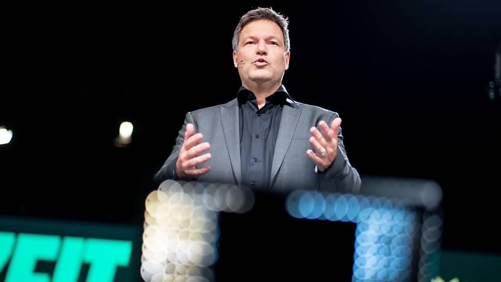 Robert Habeck, Bundesvorsitzender von Bündnis 90/Die Grünen, hält beim digitalen Bundesparteitag der Grünen auf dem Podium seine politische Rede. Im Jahr ihres 40-jährigen Bestehens wollen die Grünen ein neues Grundsatzprogramm beschliessen.