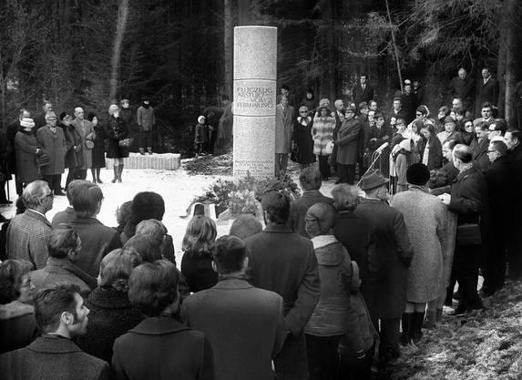 Am 7. März 1971 wird an der Absturzstelle des Swissair-Flug 330 eine Gedenkstätte eingeweiht.