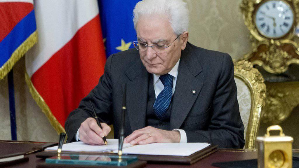 Der italienische Staatspräsident Mattarella löst an seinem Amtssitz im Palazzo del Quirinale in Rom mit einem Federstrich Senat und Abgeordnetenkammer auf. Parlaments-Neuwahlen sollen am 4. März stattfinden.