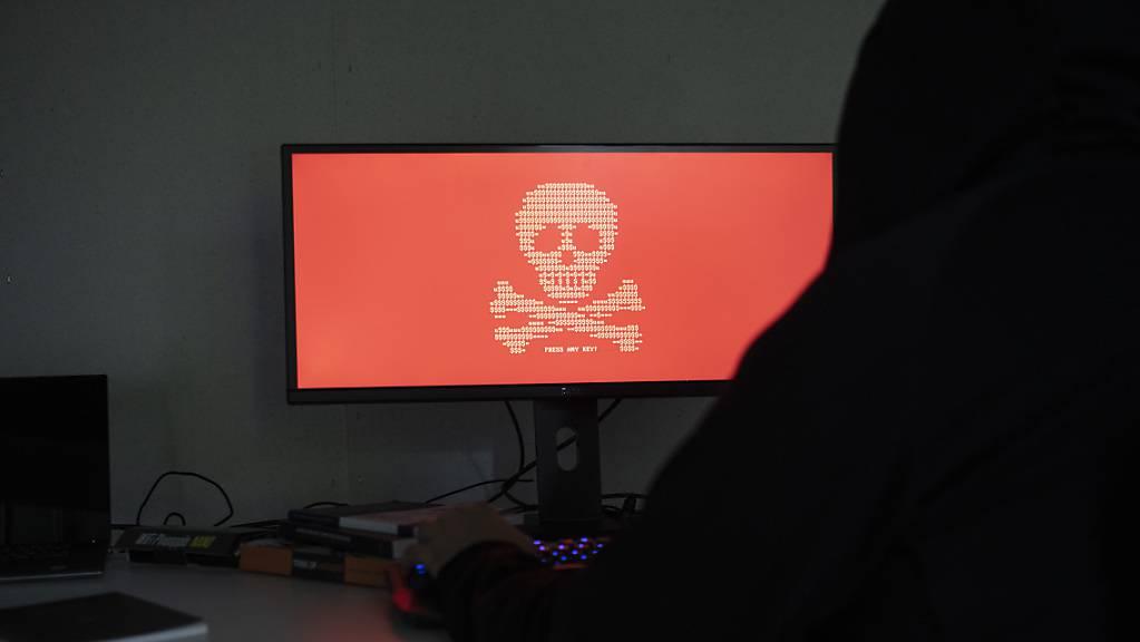 Der Kanton Zug will das Polizeigesetz revidieren - auch, um die Internetkriminalität einfacher verhindern zu können. (Symbolbild)