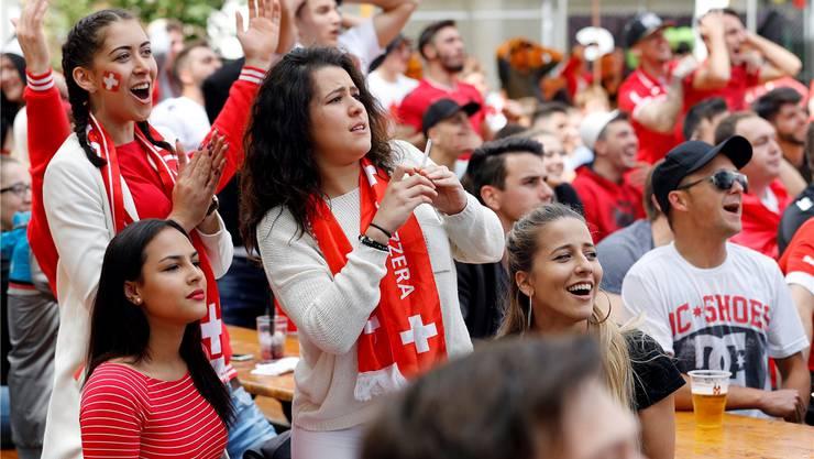 Zuschauerinnen in der Schützi beim Spiel Schweiz gegen Albanien.